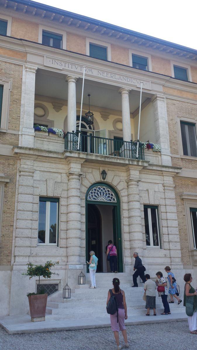 """Come ogni anno anche questo il 17 giugno """"Il Reale Istituto Neerlandese di Roma apre al pubblico (dietro prenotazione) il suo bellissimo giardino privato, che costituisce una zona di passaggi…"""