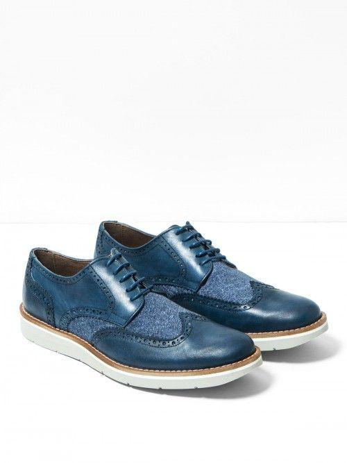 Zapato en piel color azul y de alta calidad, confeccionado artesanalmente en España. Un diseño con inserto de lona, que aportará un toque de estilo a tu look sin renunciar a la comodidad. Cierra con cordones azules y cuenta con suela goma comfort en color blanco. www.soloio.com  #manshoes #shoes #madeinspain #shoesfromspain #menstyle #outfitdetails #oxfords #oxfordshoes