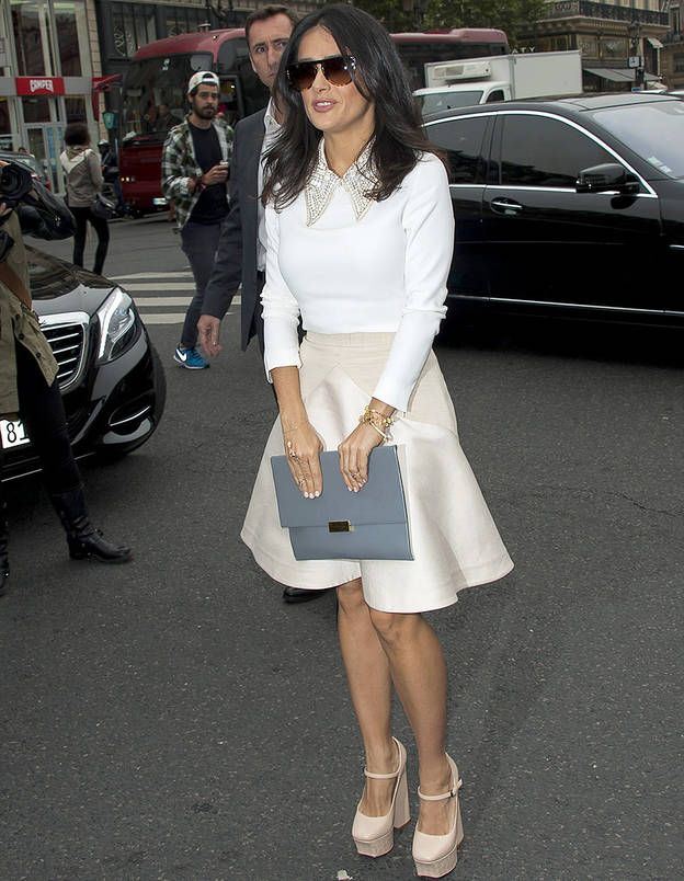 salma hayek wearing clothes for an hourglass figure