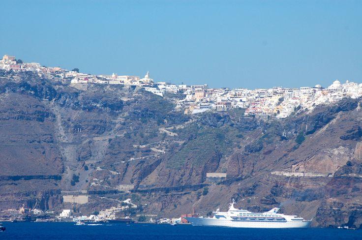 Embarcamos num navio de bandeira grega, o Orient Queen e saímos de Istambul pelo Estreito de Bósforo. Esses navios gregos são menores e menos luxuosos do que os super transatlânticos que circulam p…
