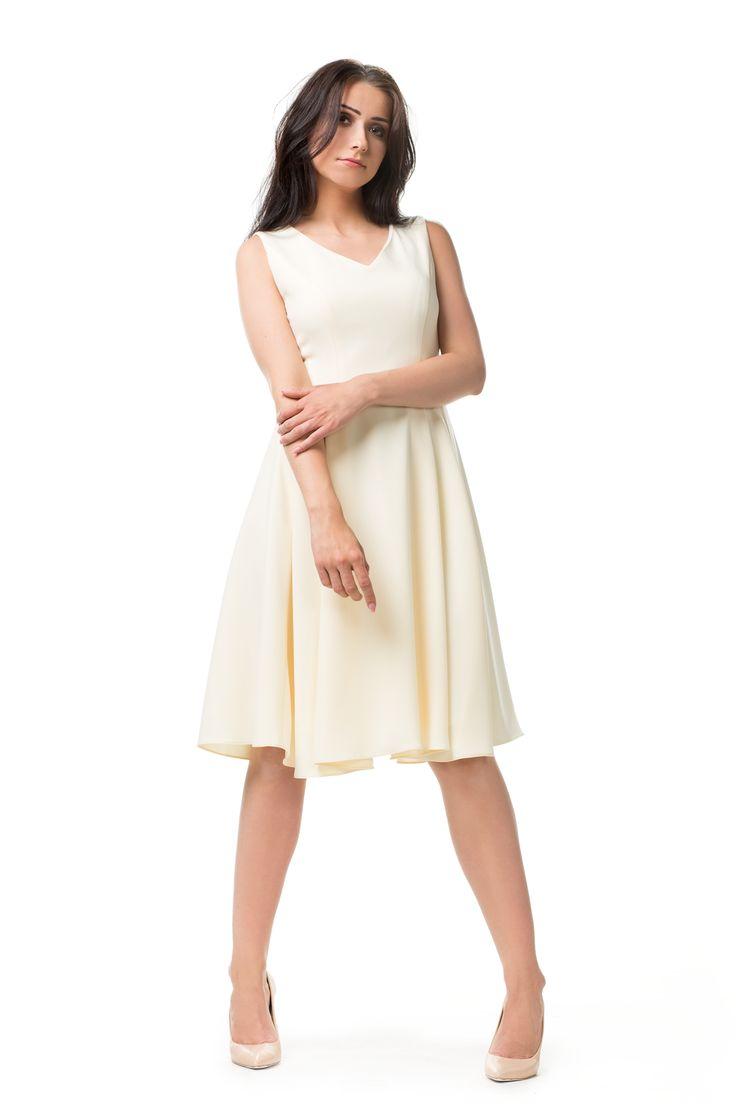 Pastelowa rozkloszowana sukienka. Flared pastel yellow dress.