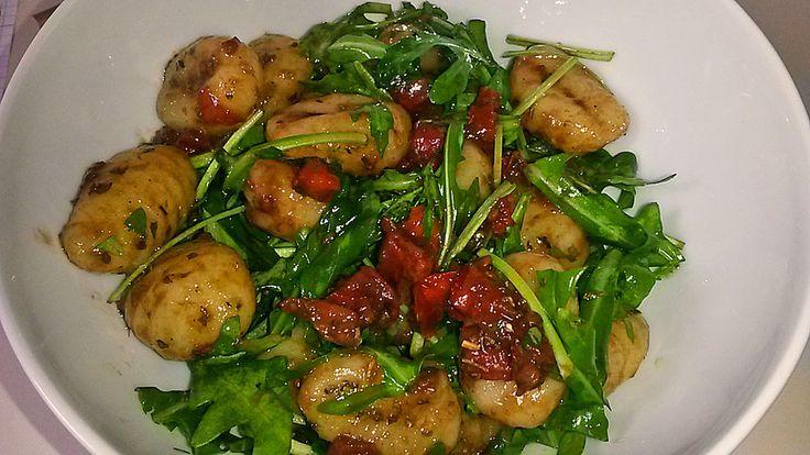 Gnocchi - Salat mit Pinienkernen und getrockneten Tomaten, ein tolles Rezept aus der Kategorie Gemüse. Bewertungen: 20. Durchschnitt: Ø 4,4.