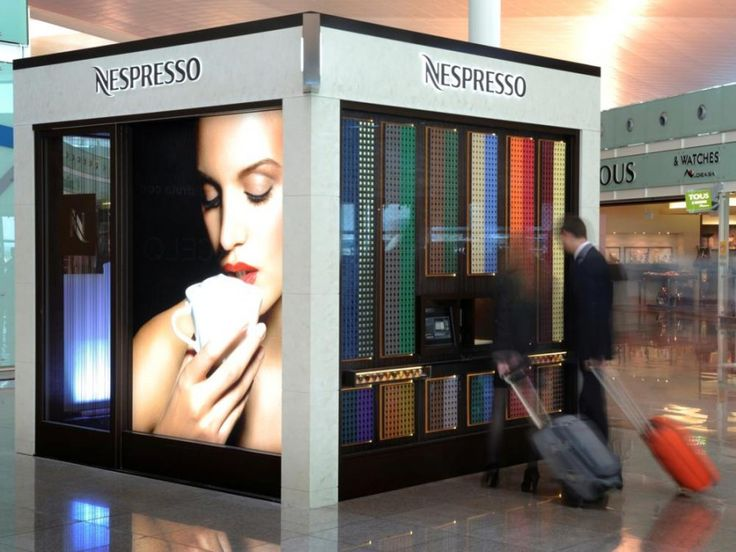 am airport barcelona kunden vor dem nespresso cube foto nestl concept store pinterest. Black Bedroom Furniture Sets. Home Design Ideas