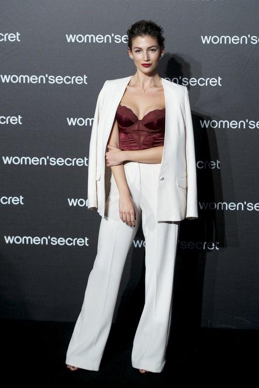 Muy fan de este look de Úrsula Corberó en el desfile de Womens Secret