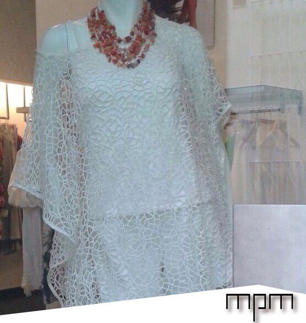 Look mpm : túnica tejida Ivory adornada con collar de piedras picadas coral.
