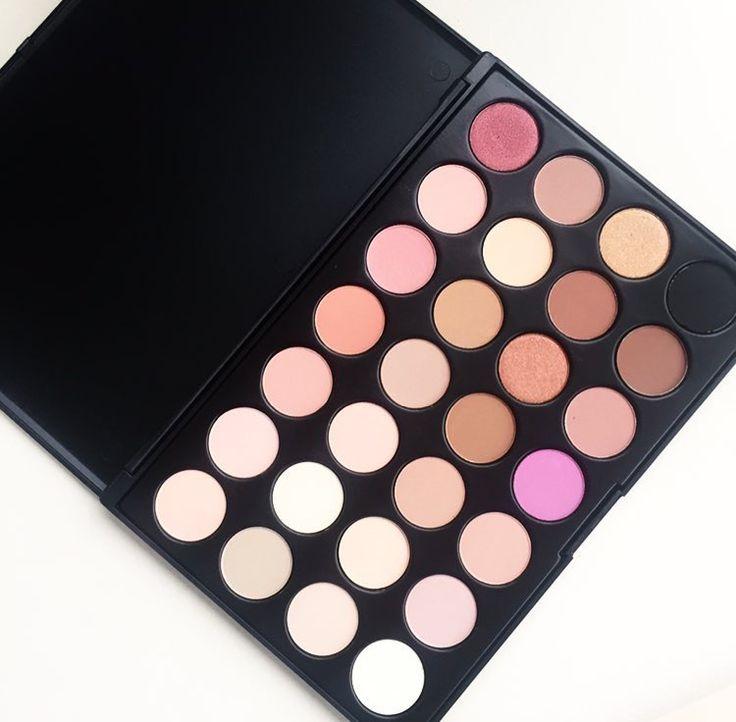 28 Kleuren #Oogschaduw #Palette ✨ verkrijgbaar voor €16,95 via onze webshop! #makeuppalette #eyeshadowpalette #oogschaduwpalette #eyeshadow #eyeshadowpalettes #eyeshadows #makeup #eyes #eyelook #smokyeye #smookeyeyes #smokeyeyes #eyelook #beautiful