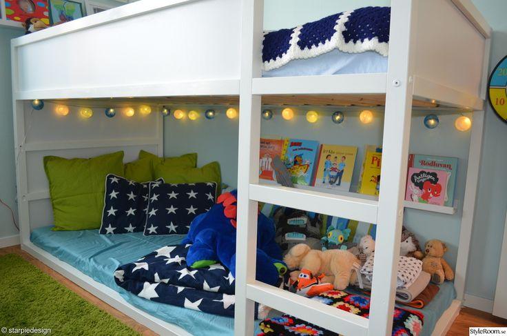Kura Ikea met gezellige lampjes en boekenplank