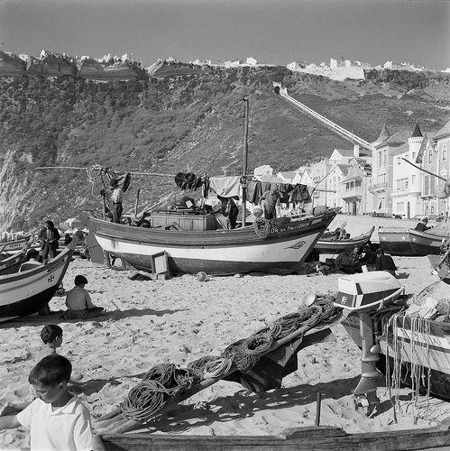 Barcos de pesca, Nazaré, Portugal by Biblioteca de Arte-Fundação Calouste Gulbenkian, via Flickr