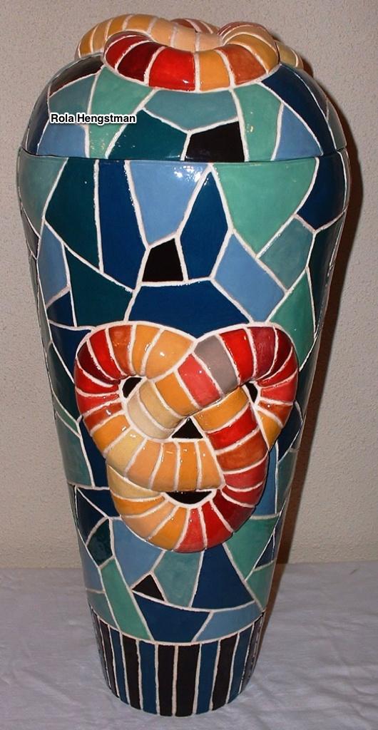Zelf geboetseerde keramiekvaas met deksel, mozaiekeffect met gesloten knoop in relief  49 x 22 cm