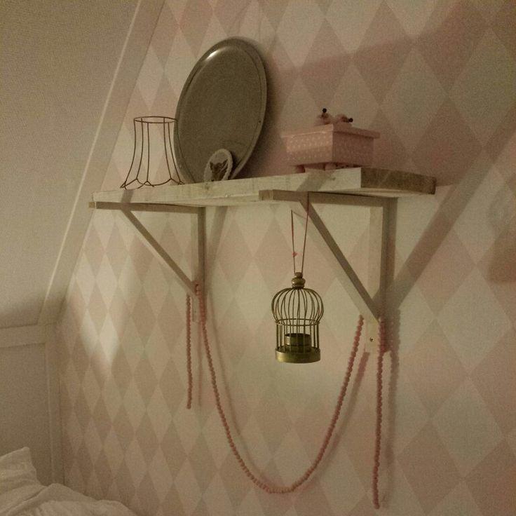 Kinderkamer harlekijn behang van Karwei, woonketting via Masije wonen, plankdragers via Ikea.