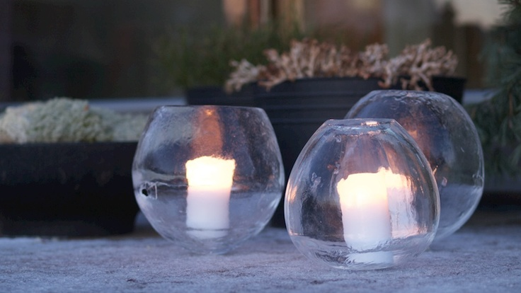 Ice lanterns made in balloons. DIY explanation in video, (in Norwegian, but its pretty self-explanatory).  From Moseplassen.no