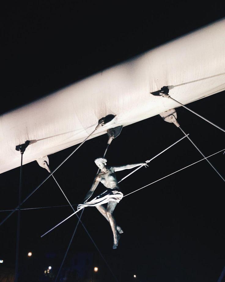 """Polubienia: 35, komentarze: 1 – Magda S (@mag_swiech) na Instagramie: """"#balansujacerzezby #krakow #kazimierz #jerzykedziora #sculpture #exhibition #kladkabernatka…"""""""