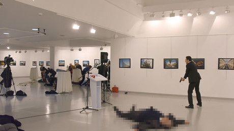 Ein türkischer Polizist hat am Vorabend eines wichtigen Treffens zwischen Russland, Iran und der Türkei den türkischen Botschafter in Ankara ermordet. RT Deutsch hat eine Übersicht der bisher bekannten Details zum Attentat erstellt. Mittlerweile tauchte ein Bekennerbrief der Al Nusra Front auf.
