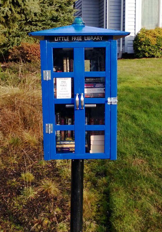 """Les fans de la série """"Docteur Who"""" auront reconnu dans cette cabine le TARDIS.... les adeptes du bookcrossing et de l'échange de livres, une petite bibliothèque gratuite."""