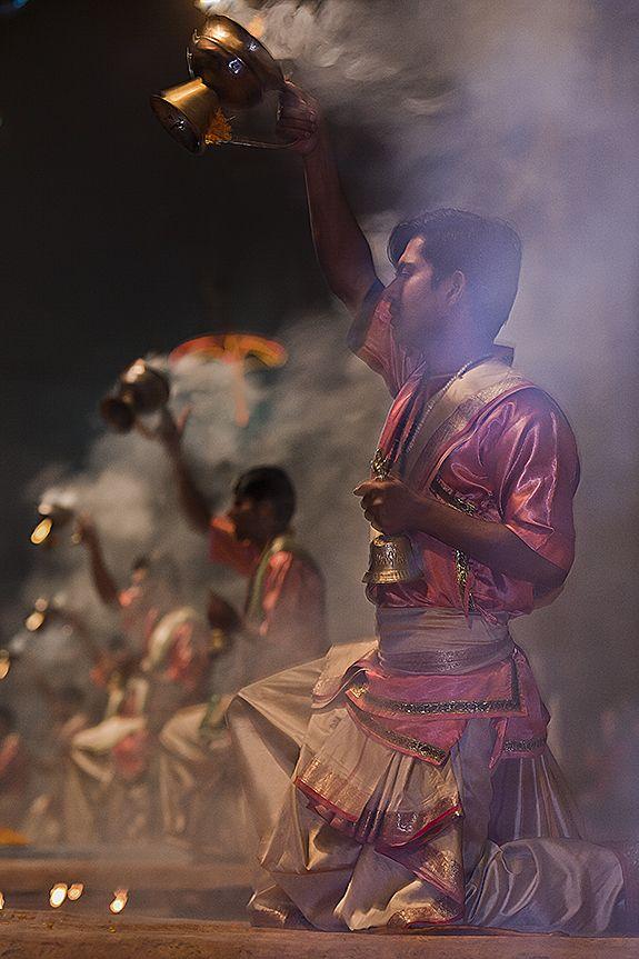 Aarti | Hindu Ritual | Varanasi, India | ©HarmonyWishes