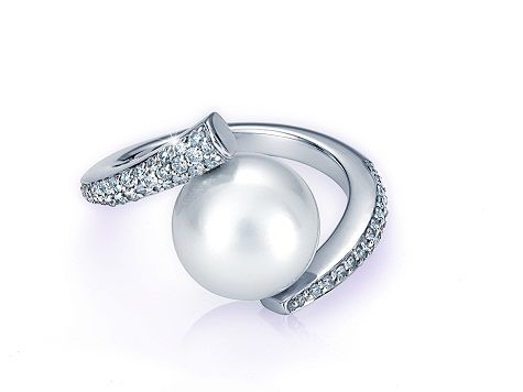 From exquisite engagement rings to elegant earrings, at Martin & Co we have an extensive selection of the finest jewellery. http://www.julify.com/