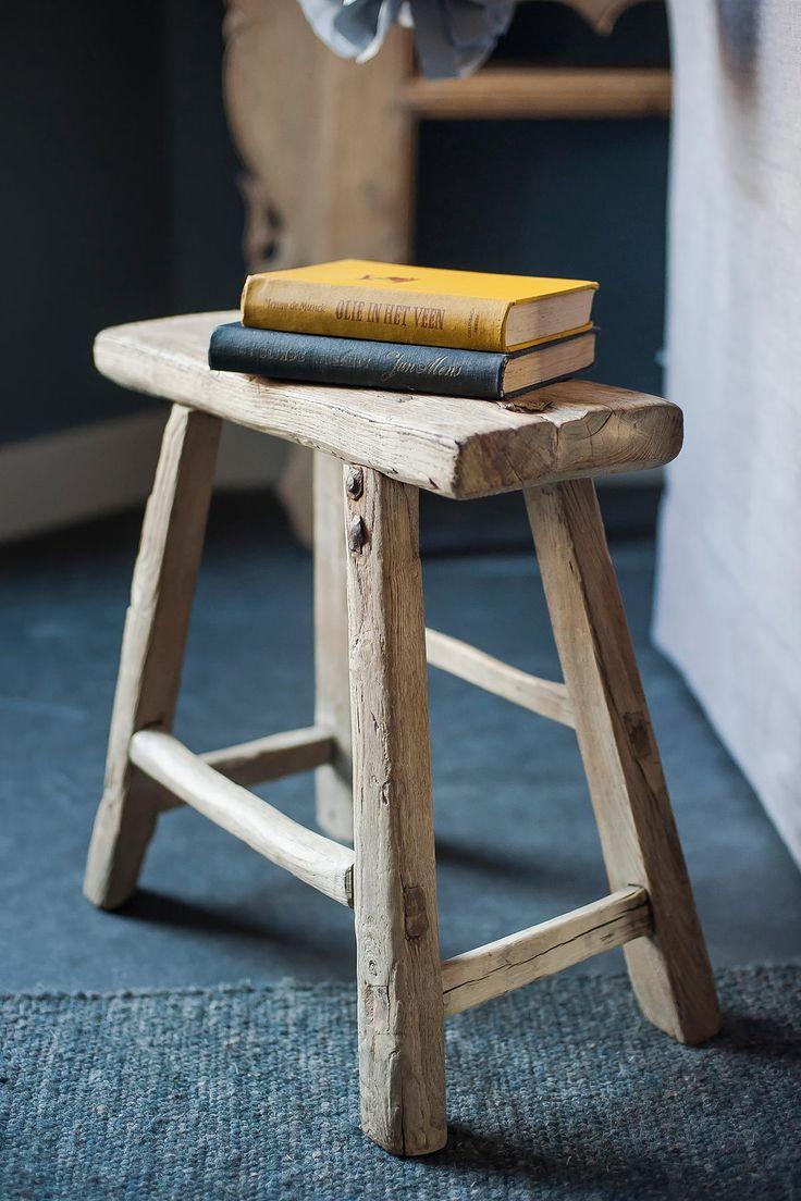 Oud houten krukje bijzettafel | www.twoonhuis.nl