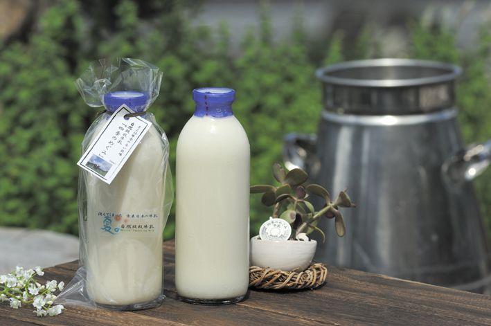 《自然放牧牛乳「四季のめぐみ」》日本では珍しい365日24時間放牧、自然の草花で乳牛を育てる「自然放牧」で、古来の日本から伝わるさっぱりと甘い牛乳本来の味がする牛乳です。生乳の風味を味わえるよう63℃30分間の低温殺菌。均質化しないノンホモ製法で仕上げました。季節ごとに味や色、香りの違いも楽しめる希少な牛乳です。春は新芽を食べて優しい甘さに、夏は山野草のβ-カロテンなどの栄養素がいっぱいつまってクリーム色になり、いっそう味が奥深くなります。秋は落ち葉やススキを食べてバランス良く落ち着いた味に、冬は食べる草の種類が少なくなるため、よりすっきりとシンプルな味と香りに…島根の自然放牧の牛乳をお楽しみ下さい。※ノンホモ製法のためビン上部にクリームがたまります。よく振ってお飲みになるか、パンやコーヒーなどにご利用下さい。※シックス・プロデュース有限会社(島根県邑智郡邑南町)