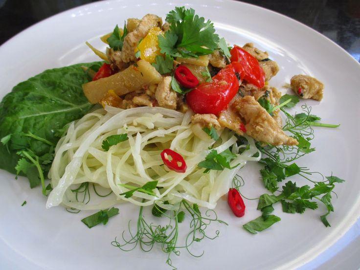Tinskun keittiössä: Panang Curry Chicken, kaalinuudelia ja kukkakaaliriisiä