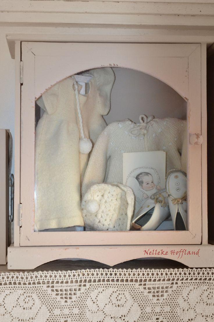 **vitrine kastje met vintage baby spulletjes**