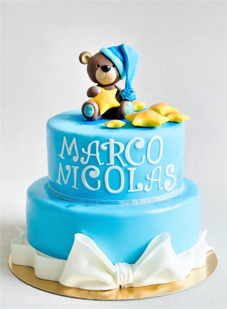 Un ursulet somnoros si inconjurat de stelute sunt detaliile ce decoreaza si coloreaza acest tort pregatit pentru botezul lui Marco Nicolas.  Tu cum ai alege sa iti decoram tortul pentru botezul micutului tau? Pret: 350 ron (3.5 kg).