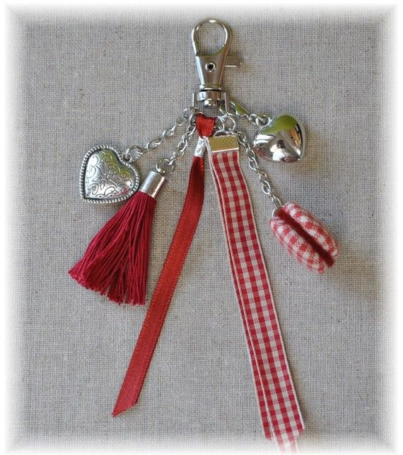 Bijou de sac rouge, pompon, coeurs et macaron.