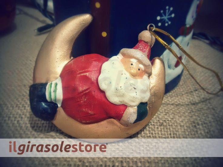 Decoro per albero di Natale con Babbo a cavalcioni su luna. Soggetti assortiti. Cm 10