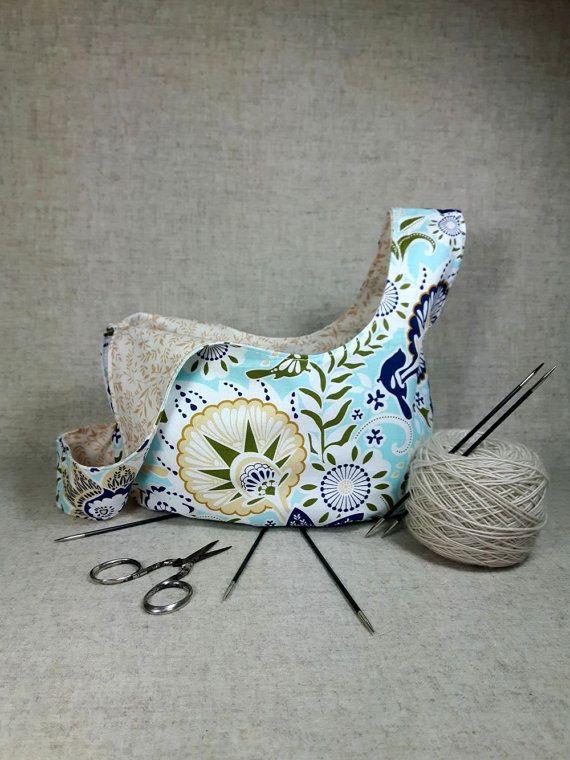 Japanische Knotentasche für das aktuelle Strickzeug oder Häkelprojekt. Aussen: Blumen in blau, aqua, beige, oliv, weiß, innen zarte Blätterranken
