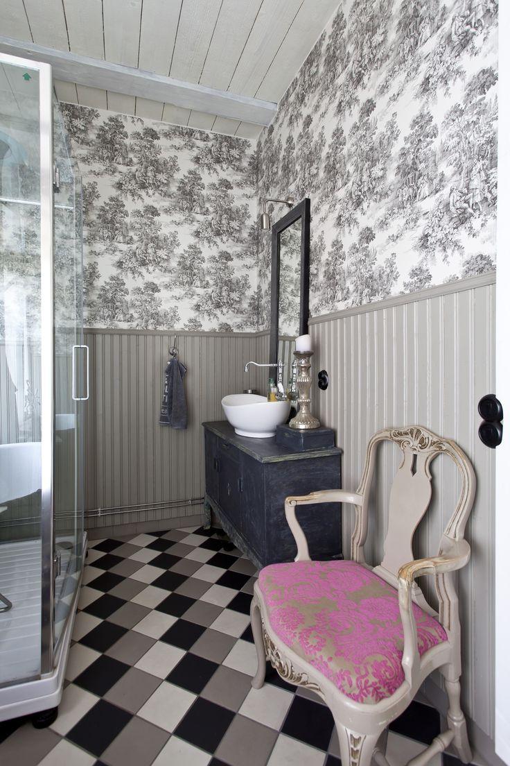 Vanhan talon kylpyhuoneessa on tapettiseinät, tyylihuonekaluja ja ruutulattia. Bathroom with toille wallpapers, check floor and rococo chairs. | Unelmien Talo&Koti Kuva: Camilla Hynynen Toimittaja: Jaana Tapio