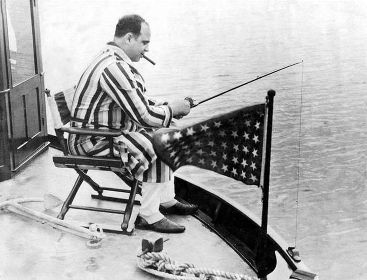 Аль Капоне ловит рыбу в мутной воде