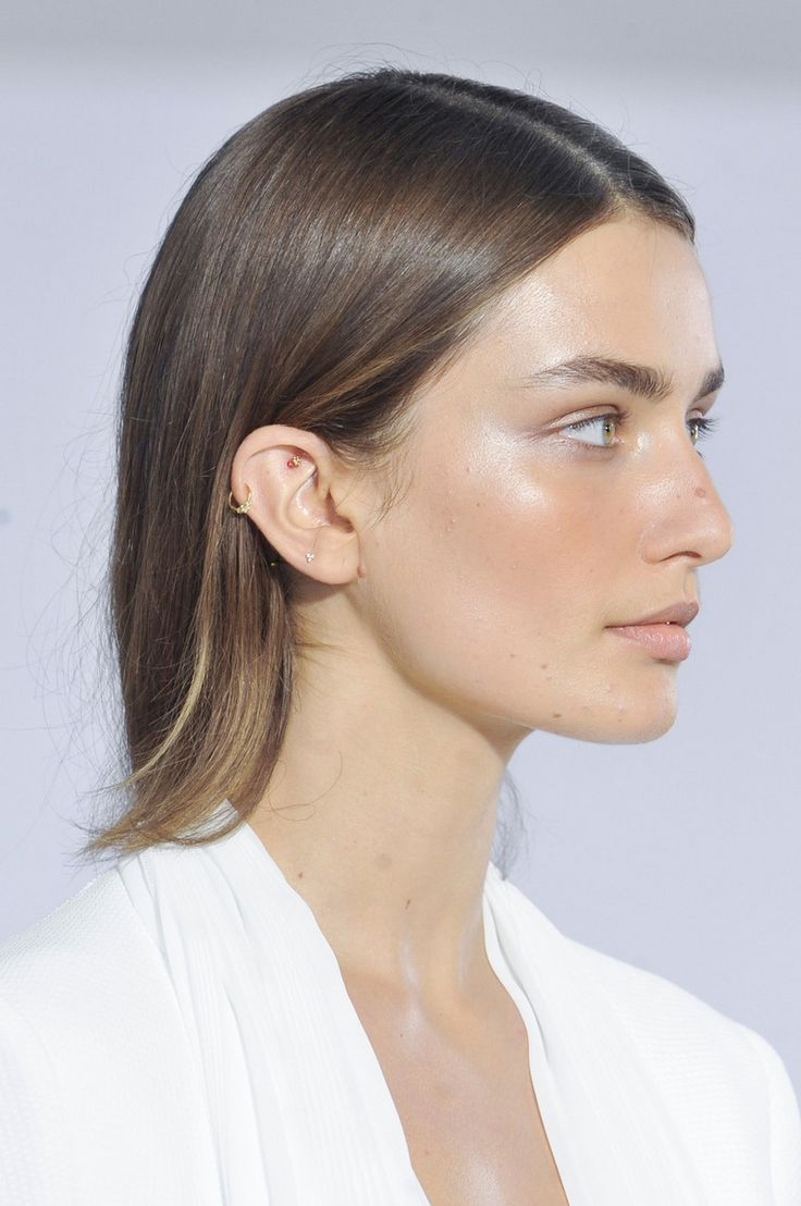 The most perfect minimal makeup. A hint of mauve, thick brows, and dewy skin
