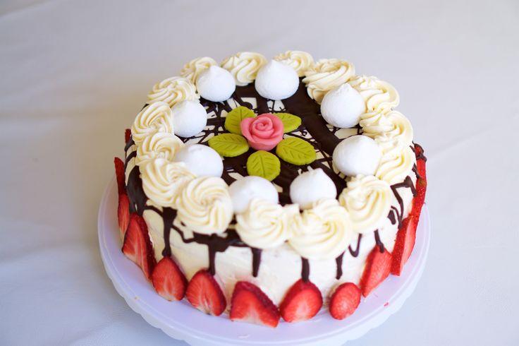 Jordgubbstårta med maräng, choklad och swiss maräng smörkräm. Strawberry cake with meringue, chocolate and swiss meringue buttercream