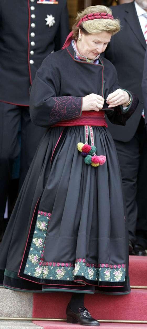 Dronningen i beltestakk fra Telemark som hun fikk sydd til OL på Lillehammer. ( Scanpix )