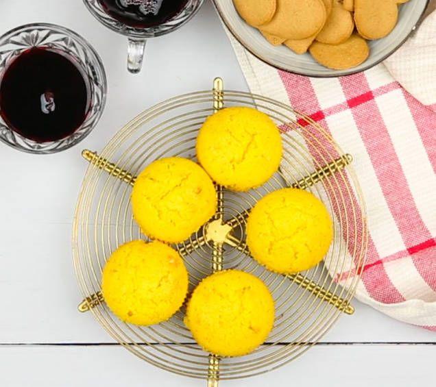 Recept på saftiga saffransmuffins, perfekta att baka till julfikat. Krydda dina muffins med apelsin för extra julsmak. Supergoda!