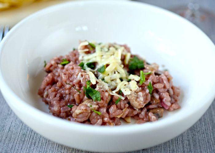 Il risotto al vino rosso viene realizzato preparando un soffritto di cipolla, l'aglio e il timo, quindi aggiungendovi il vino ed  il brodo ed infine il riso fino a completa cottura. Ecco i passaggi per il risotto al vino rosso.