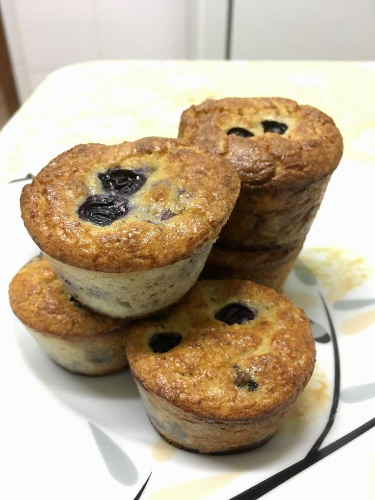 Muffin Blueberry com Whey  1 xic farinha amêndoas 1 medida de whey puro raspas de meio limão 1 col chá de fermento 1 pitada de sal 1 col chá de xylitol 2 col sopa óleo de coco 1/2 xic de leite de amêndoas 1 ovo 6 gotas de baunilha  3 col purê de maçã 3/4 xic de blueberry  Misturar os ingredientes secos. Misturar os úmidos à parte. Juntar. Misturar as blueberries. Colocar nas forminhas e completar com 2 blueberries em cima de cada uma. Assar no forno pré-aquecido a 240 graus por 30 minutos.