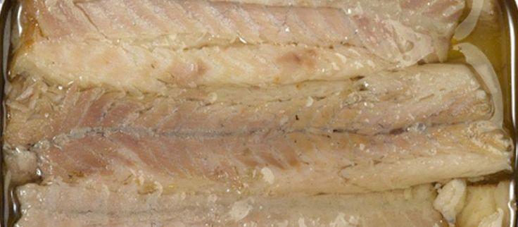 Enguias Fumadas em Azeite: Às enguias são retiradas as espinhas e os filetes são fumados usando madeira de azinheira, sendo conservados em azeite de alta qualidade, resultando num paladar excepcional. A carne é firme e suculenta, com uma sabor rico. A enguia tem um baixo teor de sódio e ricos em fósforo, Omega-3 e em vitaminas A, B1, B2, B12, D e E. Maravilhosas para entradas em patê, ou servidas com uma salada verde fresca, com molho de rabano e pão crocante.