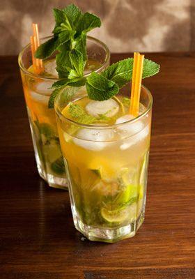 VIRGIN MOJITO ■ Cocktail sans alcool pour 4 personnes ■ Virgin Mojito 10 feuille(s) de menthe fraîche 6 cl de jus de pomme 1 c. à café de sucre 0.5 citron vert eau gazeuse