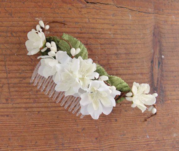 Tocado de novia. #Eventos #Cotillon #BridalHair #Peinados #Peineta #FlowerCrown Mas info y pedidos en: www.facebook.com/accesorioscoronada