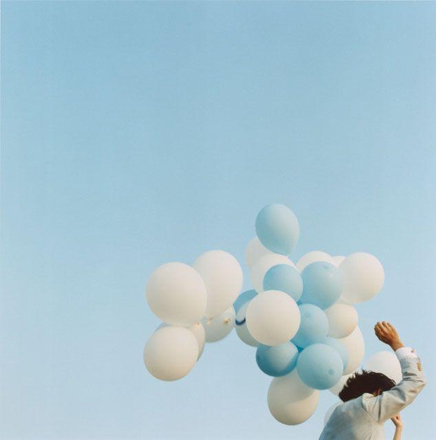白と青の風船を持ったタキシード姿の日本人男性 amana02299002439