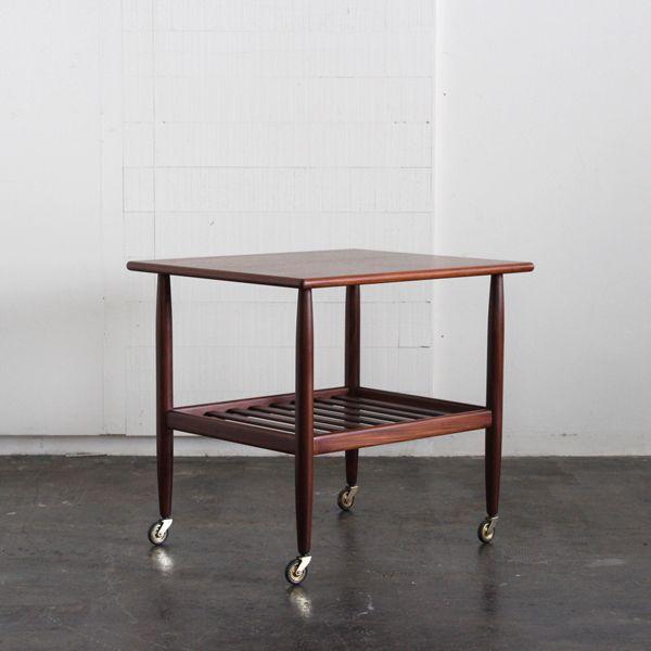 Vintage Trolley/サイズ感的にはサイドテーブルとしてご使用頂くに最適かと思います。 北欧デザインらしくシンプルでコーディネートしやすい一台。 ソファサイドに限らず、小ぶりなコーヒーテーブルとしてもお使い頂くにも良さそうです。  #家具 #ヴィンテージ #北欧 #テーブル #デザイン #アンティーク #デンマーク #イギリス #サイドテーブル #トローリー