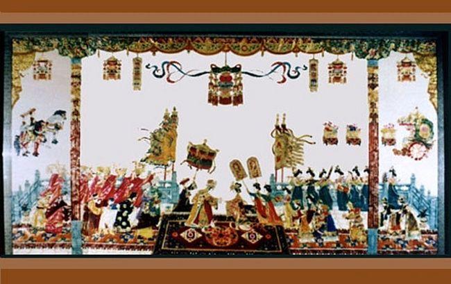 Искусство театра теней в Китае считается народным, но происхождением оно, по легенде, обязано императорскому горю.   В незапамятные времена, когда у императора Хань Уди умерла жена, он так опечалился, что на время оставил даже управление государством. Тогда-то, подсмотрев, как тенями играют дети на улице, его сановник изобрел театр теней. Самое первое представление изображало жену императора. Увидев как будто ожившую тень любимой жены, император был немного утешен.