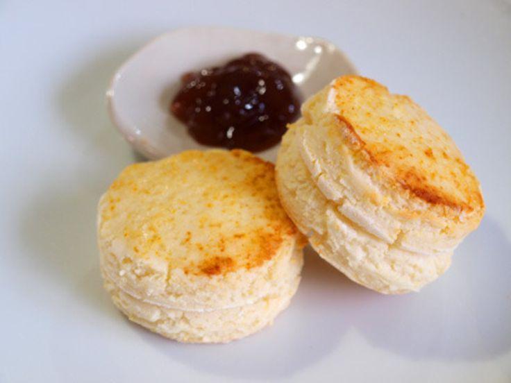 小麦もバターも卵も使わない、簡単スコーンです。豆腐を使っているので、大豆アレルギーの方には対応できてないのですが・・・。マイベイクフラワーを使ったからなのか、食感も今までになくよい感じ。生地はすでにサイトでご紹介している「発酵いらずの豆腐米粉パン」の生地とほぼ同じなのですが、さらに膨らみを強化させたくて、重曹とレモン汁を加えてみました。【材料】※直径5cmのもの6個分■米粉:150g(マイベイクフ...