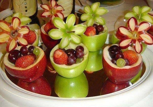 Blomster kurv med forskelligt frugt