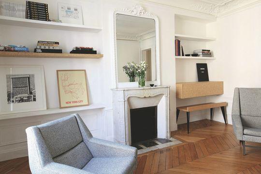 """A Paris, les architectes d'intérieur Claire Escalon et Nicolas Lanno  ont rénové cet appartement haussmannien de 90m2 pour un couple et leurs trois enfants, où l'aggloméré fleurit au fil des pièces. Le crédo des deux associés qui ont fondé l'atelier Premier Étage ? Révéler la beauté cachée des matériaux """"pauvres"""". Sensibles à l'esthétique du Batipin, du MDF, de l'épicéa, ils leur donnent une belle visibilité et du sens dans leurs agencements, toujours intelligents."""