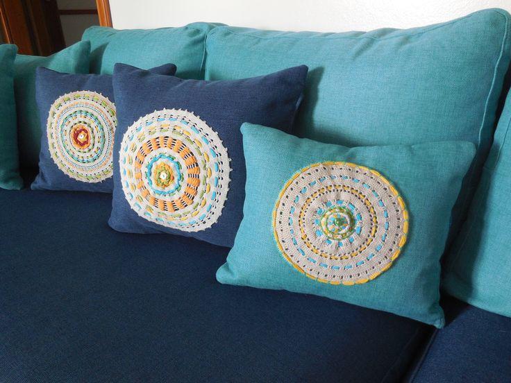 vecchi centrini rielaborati e applicati su cuscini da divano