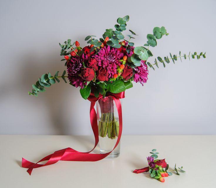 свадебный букет цвета марсала из роз, хризантем, ягод гиперикума и эвкалипта