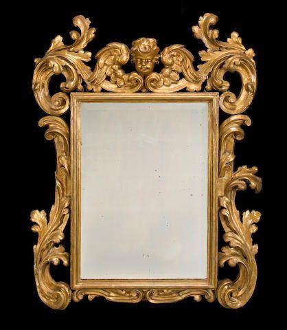 Un espejo barroco italiano de madera tallada y dorada primer medio siglo XVIII