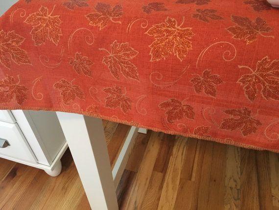 No VEO una tela que te gusta... acaba de pedir ayuda! Podemos darle 100s de opciones más!  NOTA: Las costuras laterales se colocan solamente en los lados de la capa. ¡La mesa se verá como 1 completo pedazo de tela!  Nota: Nuestros bordes serged en cualquiera de nuestros artículos son un dobladillo enrollado. El dobladillo enrollado es un dobladillo muy estrecho y es la definición de costura elegante. El dobladillo enrollado mantiene esa mirada y luminoso que te desea de ropa sofisticada…