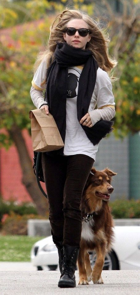 Amanda Seyfried and boyfriend Ryan Phillippe take their dogs for an afternoon walk on Saturday (March 19) in Los Angeles.